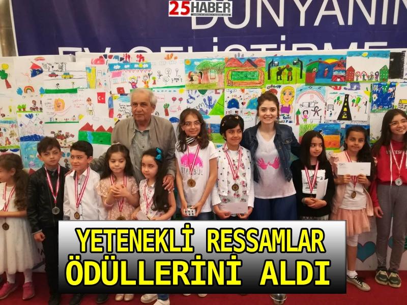 Yetenekli ressamlar Forum Erzurum'da ödüllerini aldı.